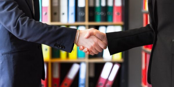 A picture of two person shaking hands